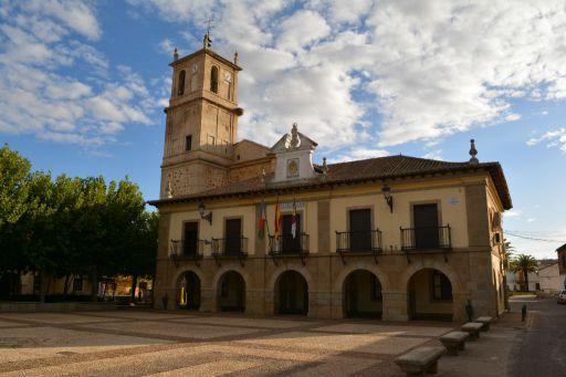 Ayuntamiento y plaza de D. Cesáreo Gómez Arroyo