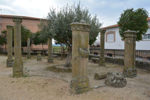 Iglesia parroquial de San Juan Evangelista, pilastras