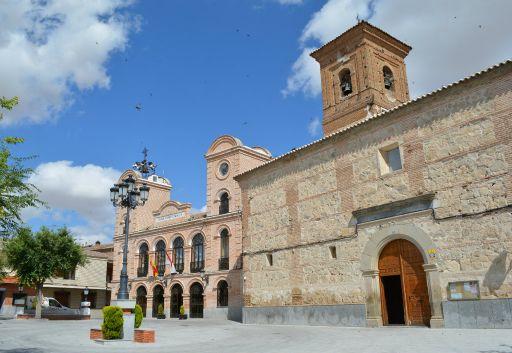 Iglesia Parroquial de Santa María Magdalena, Ayuntamiento y plaza de España