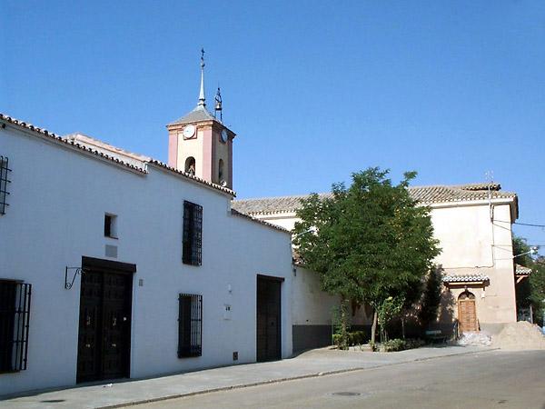 Casa típica y cuerpo de la iglesia de Nuestra Señora de la Asunción