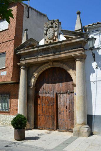 Puerta clásica de la casa de los Corcuera