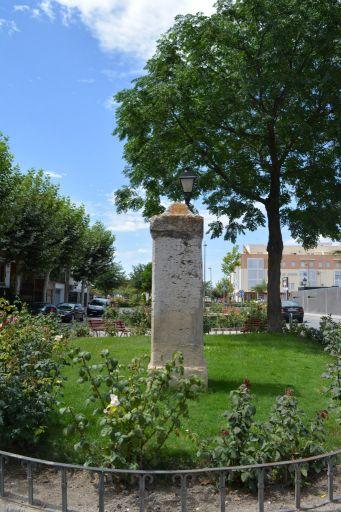 Plaza junto a la cruz roja