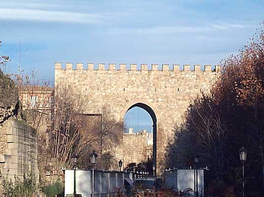 Murallas, puerta (a)