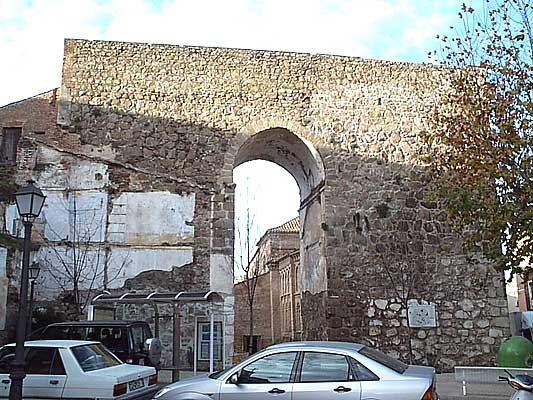 Murallas, puerta (b)