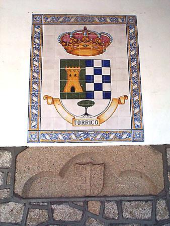 Cerámica y antiguo escudo en piedra