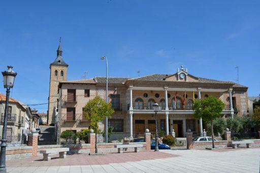 Plaza de Jose Antonio y torre de la iglesia al fondo
