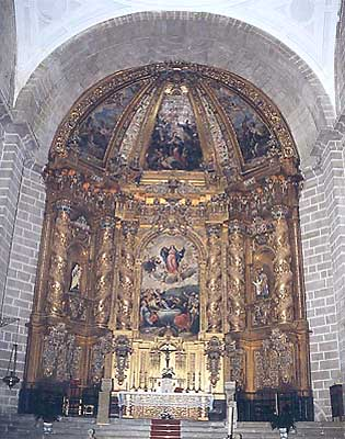 Iglesia parroquial. Retablo barroco y cuadros de Claudio Coello