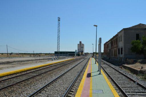 Estación del ferrocarril, vía y silo