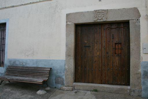 Puerta con escudo