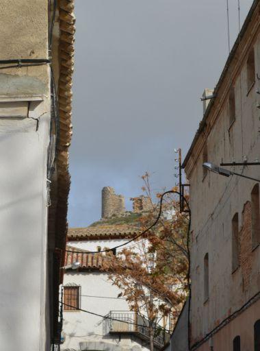 Calle con el castillo al fondo