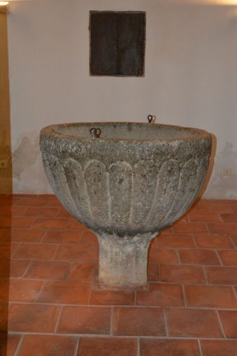 Iglesia parroquial, pila bautismal de piedra Berroqueña