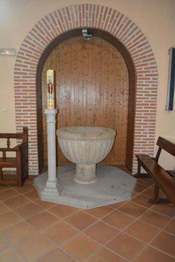 Iglesia parroquial de Nuestra Señora de la Antigua, pila bautismal