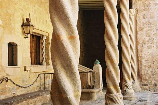 Castillo de los Condes de Orgaz, columnas del patio