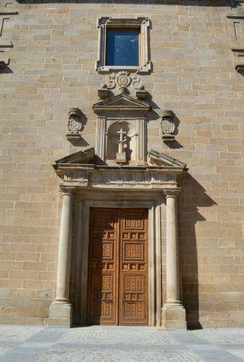 Iglesia de la Compañía de Jesús, portada herreriana con heráldica de los Condes de Oropesa