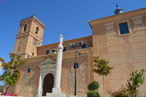 Iglesia parroquial de San Pedro y San Pablo, exterior