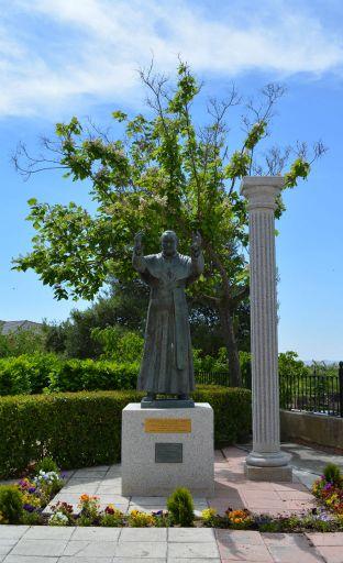 Iglesia parroquial de San Juan Bautista, Estatua Juan Pablo II