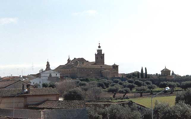 Vista de la Iglesia parroquial, convento y campo de olivos