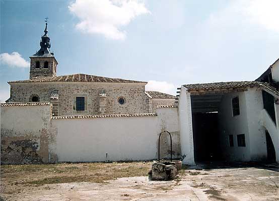 Bodega con la iglesia de San Martín al fondo