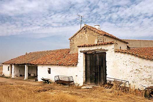 Antigua casa de labranza en la carretera de Navahermosa