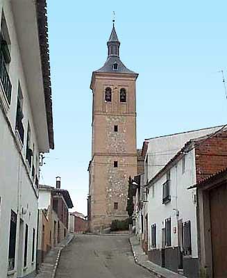 Calle y torre de la iglesia de San Andrés al fondo
