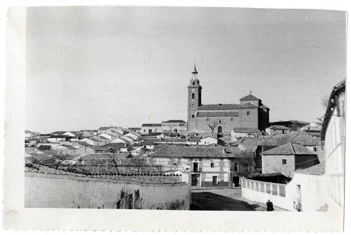 Cebolla. Vista de la iglesia de San Cipriano. 1958 (P-125)