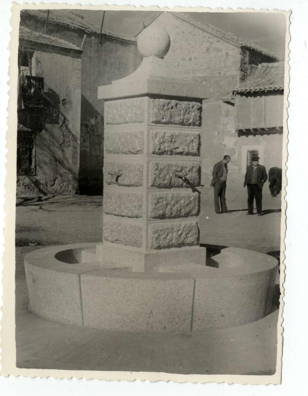 Cuerva. Fuente de la plaza de José Antonio. 1961 (P-199)