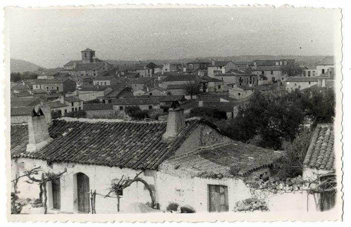 Montesclaros. Vista del caserío e iglesia. 1953 (P-553)