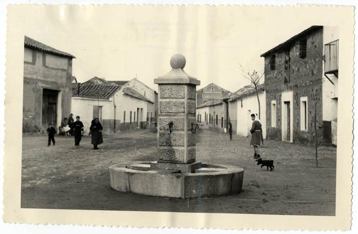 Nambroca. Fuente pública en la calle Cristo. 1975 (P-576)