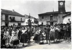 Navalcán. Baile típico en la plaza. Hacia 1929 (P-582)