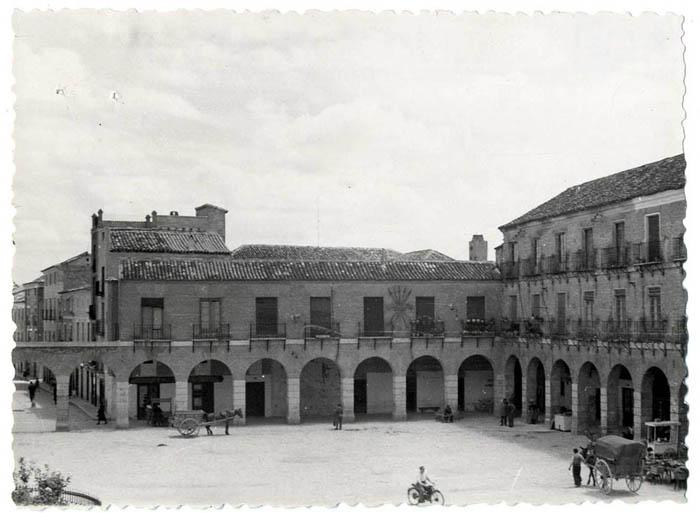 Ocaña. Fachada este de la Plaza Mayor. 1955 (P-617)