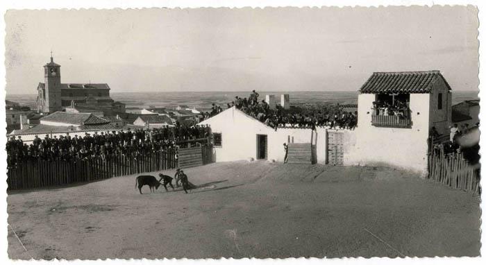 Olías del Rey. Capea y vista de la iglesia. 1963 (P-673)