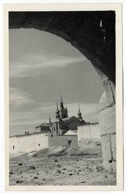 Orgaz. Iglesia vista desde el puente romano. 1960 (P-676 )