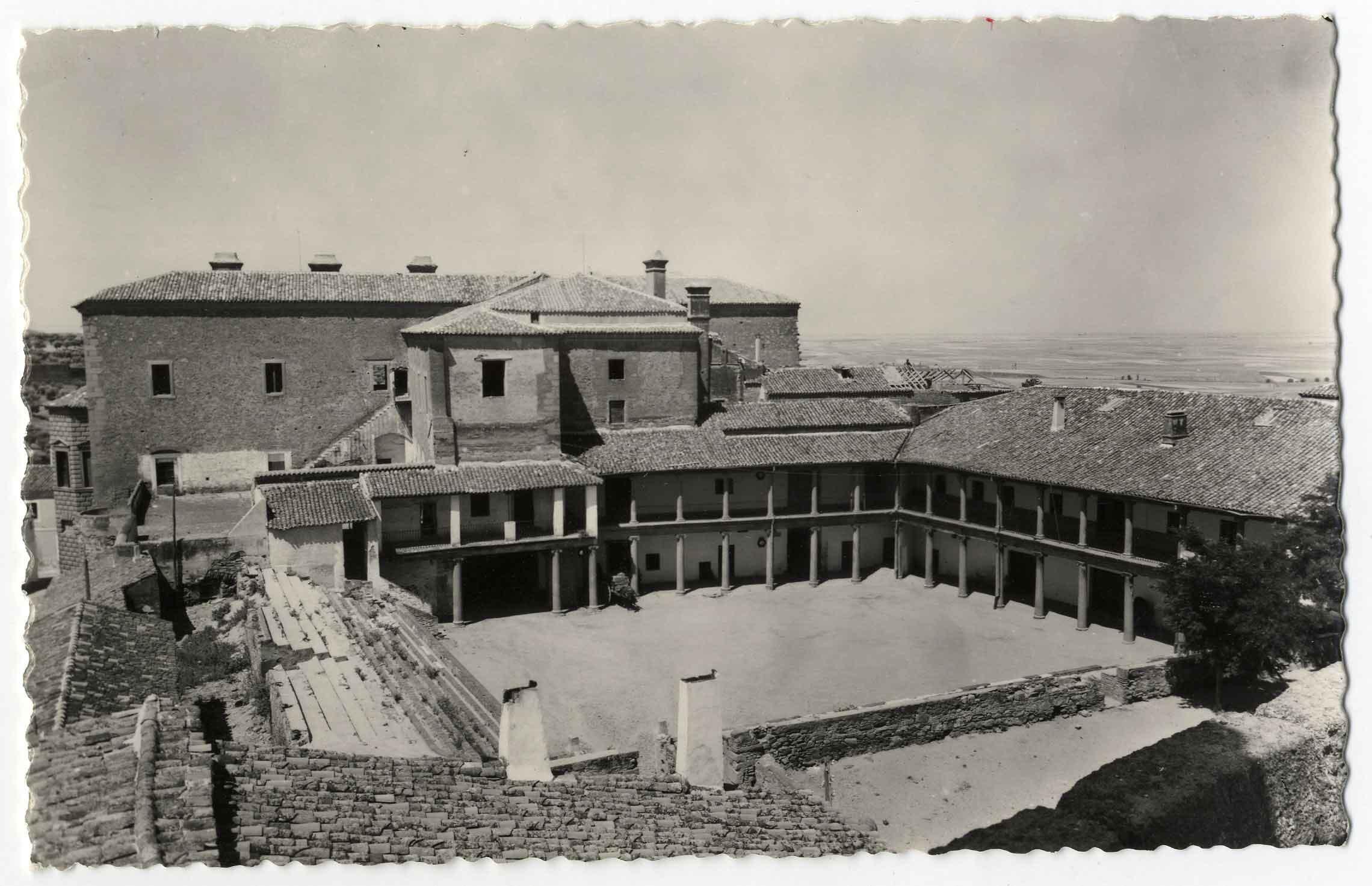 Oropesa. Patio del Parador de Turismo. 1964 (P-705)