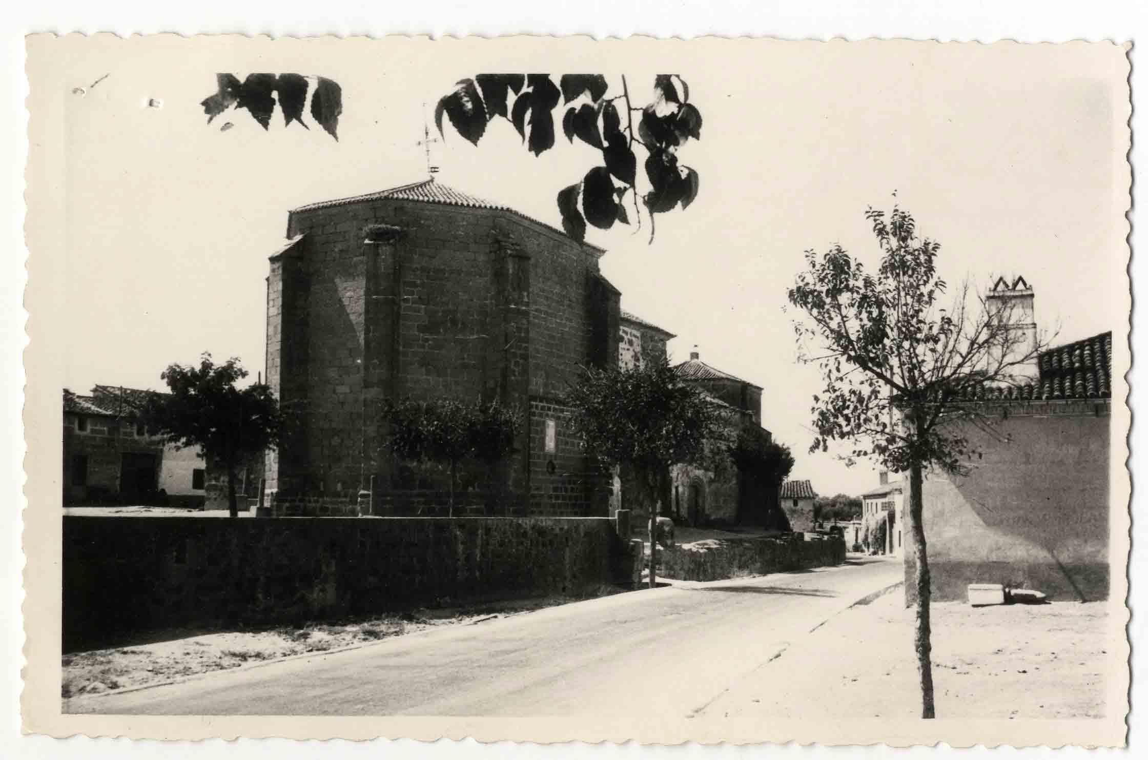 Torralba de Oropesa. Iglesia desde carretera. 1960 (P-1400)