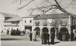 Cuerva. Plaza de José Antonio y ayuntamiento. 1959 (P-200)