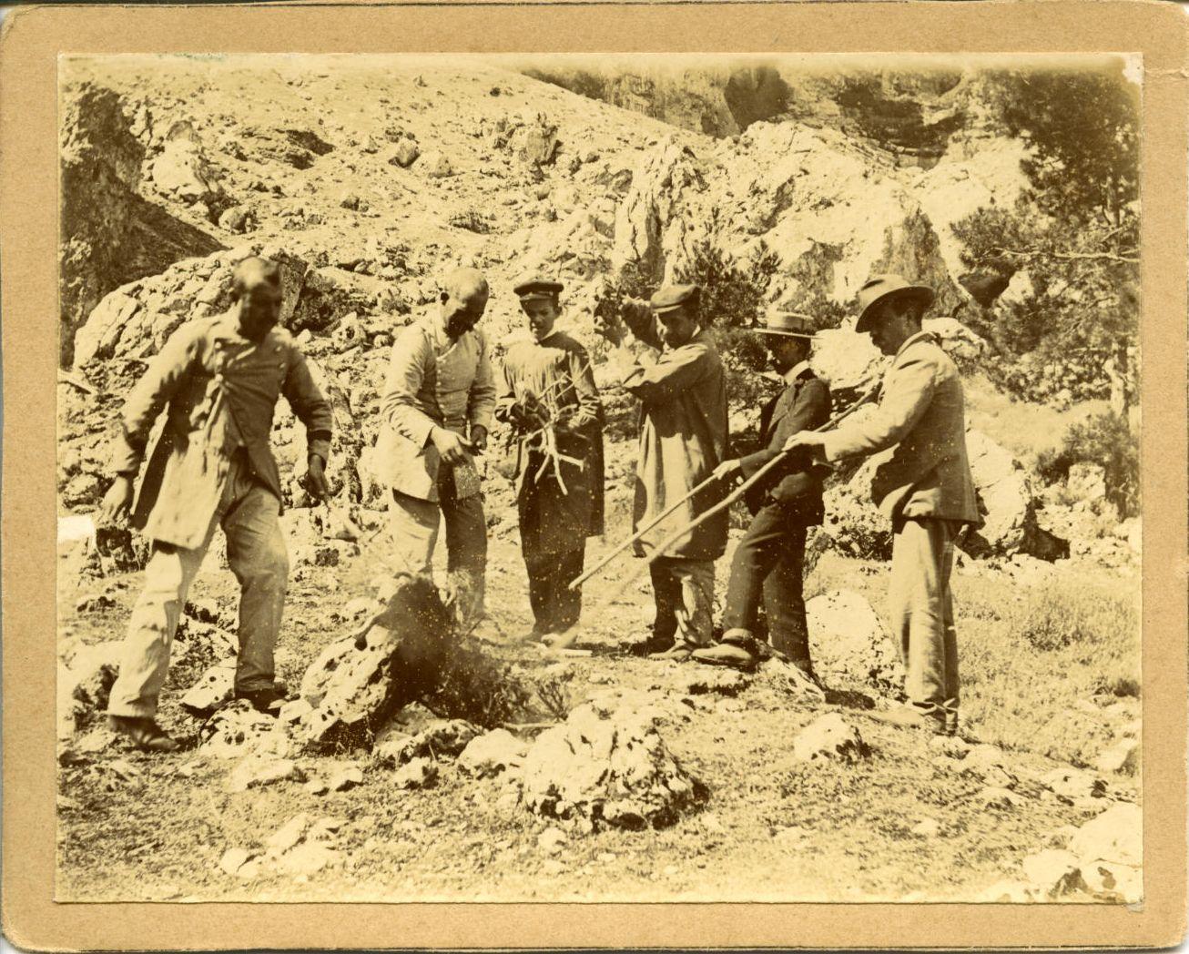 zzc.-Francisco junto a un grupo de hombres quemando víboras