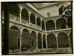 r.-Claustro del Hospital de La Santa Cruz