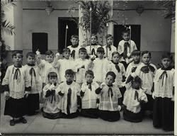 a.-El hijo del pintor y otros niños vestidos de monaguillos