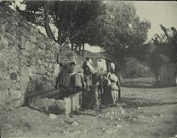 c.-Niñas y azacán cogiendo agua en un caño de Alcaraz