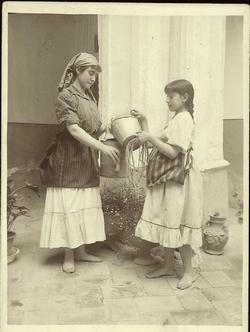 d.-Retrato de dos jóvenes en un patio sin identificar