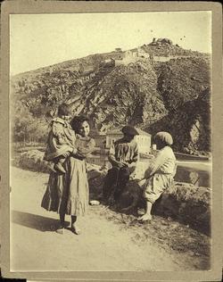 e.-Niños: Al fondo Ermita del Valle y Molino de Saelices
