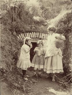 h.-Niños bebiendo agua en una fuente