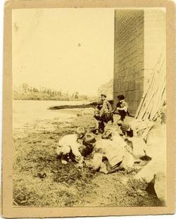 j.-Niños jugando bajo el Puente de San Martín