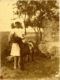 l.-Niña alimentando a una cabra