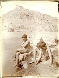 o.-Niños desnudos a orillas del río