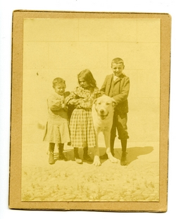 u.-Tres niños y un perro