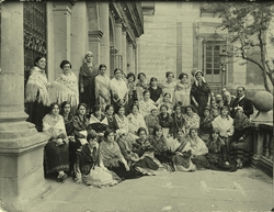 b.-Grupo de mujeres en la fachada del Ayuntamiento de Toledo