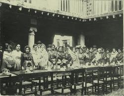 c.-Mujeres en una celebración en la Posada de la Sangre