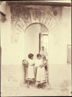 k.-Mujeres jóvenes en un patio de Toledo