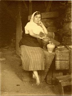 s.-Mujer pescadora sentada